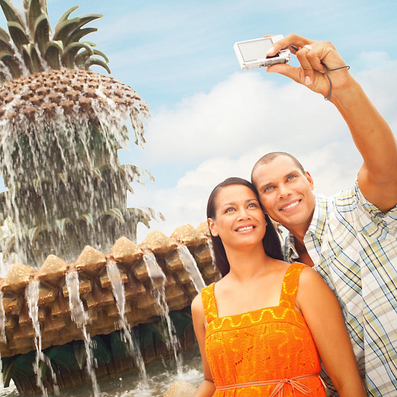 Couple taking selfie in front of pineapple fountain in Waterfront Park