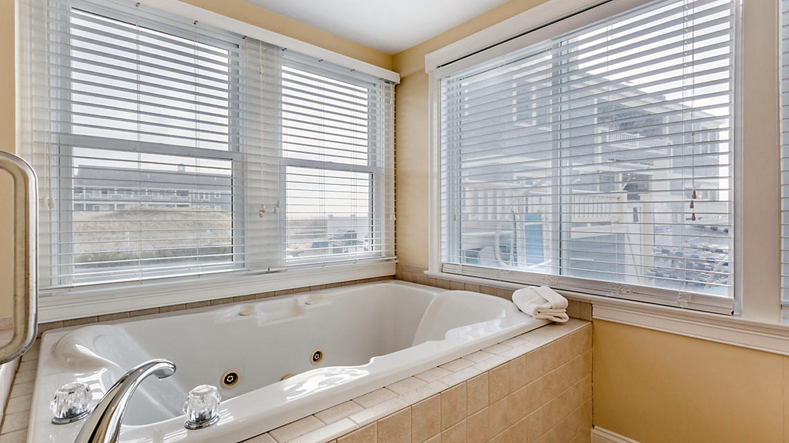 1 Bedroom Jacuzzi Tub
