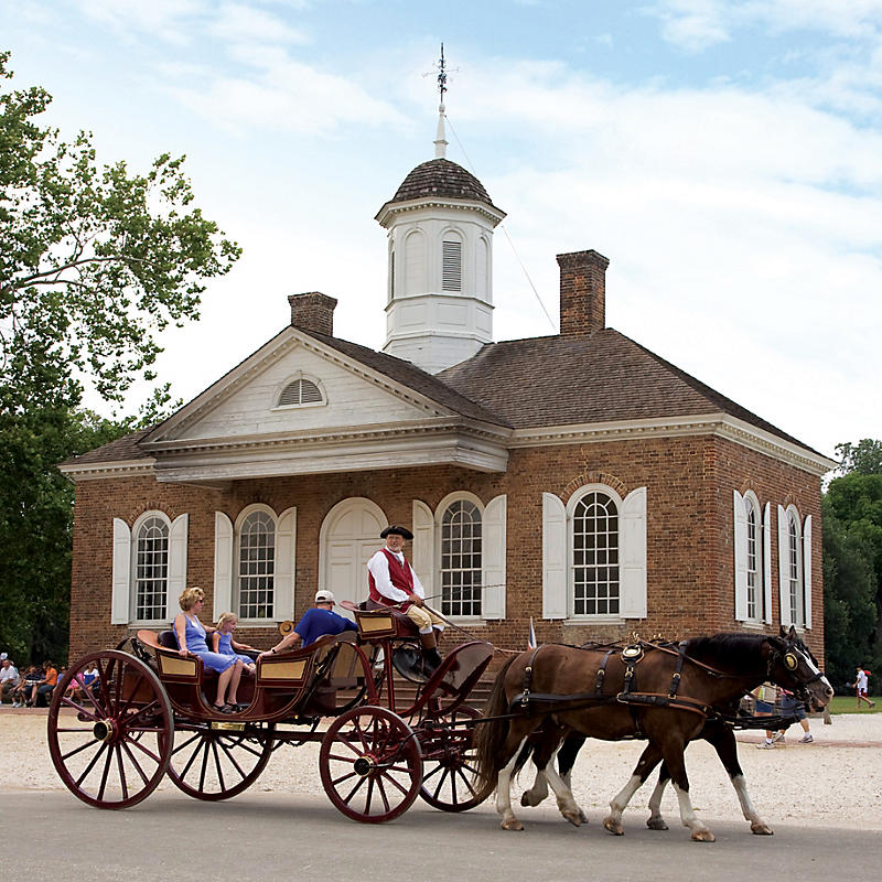 Horse and buggy ride in front of Historic Williamsburg courthouse